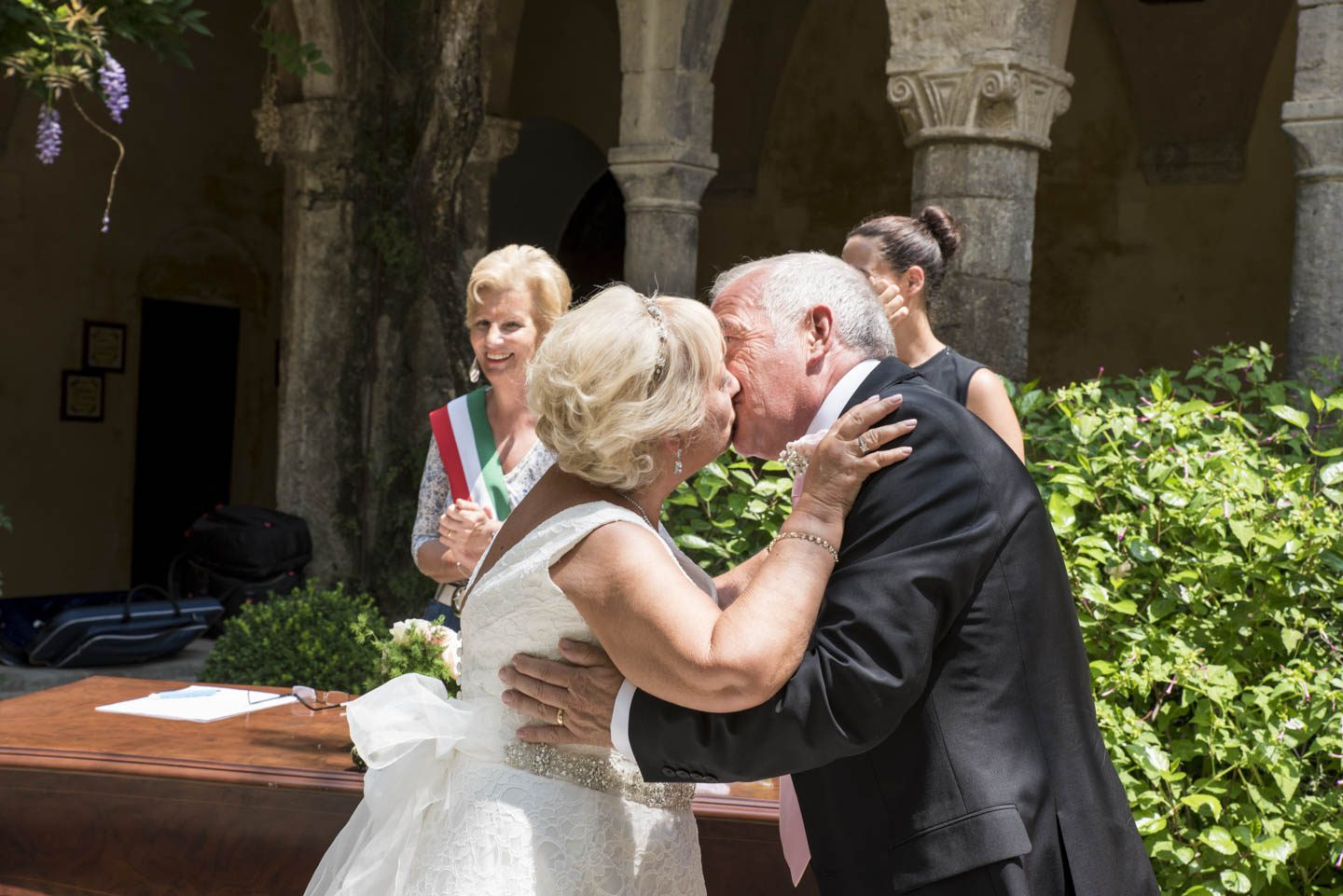 FineArt_Studio_Wedding_Sorrento_Neil&Sue_Chiostro_Bride_Groom_Kiss