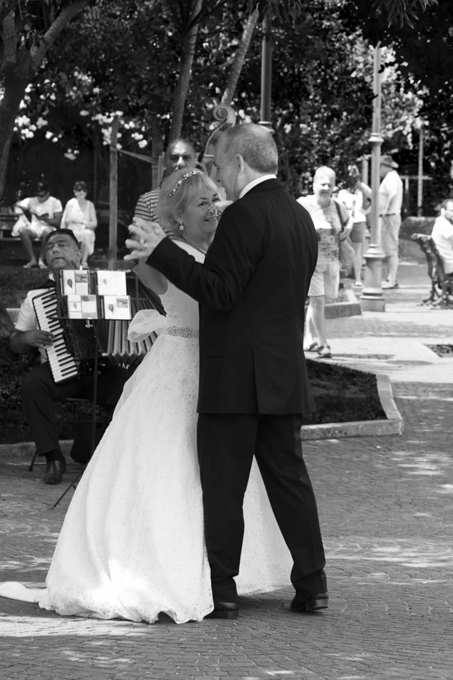 FineArt_Studio_Wedding_Sorrento_Neil&Sue_Villa_Comunale_Dancing_Black&White