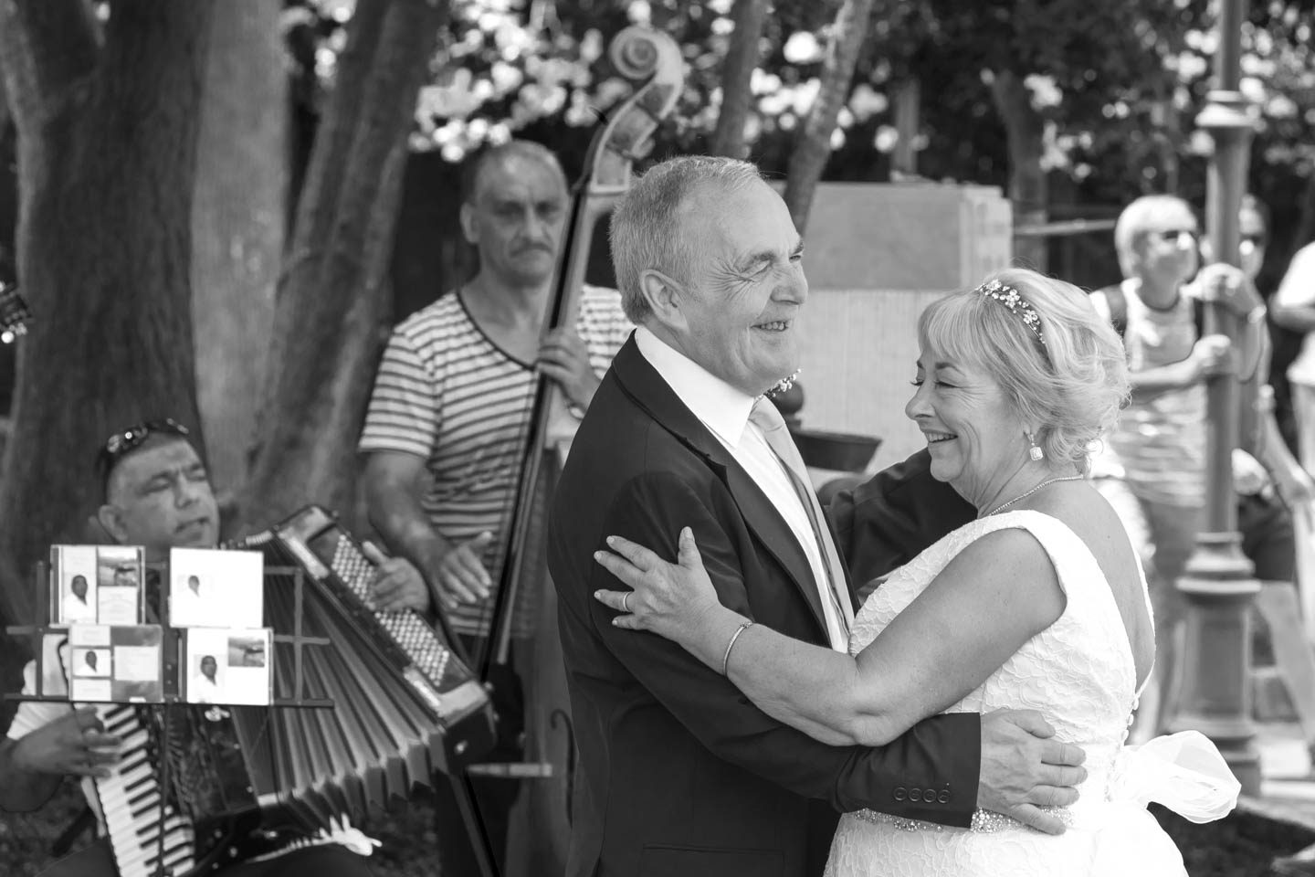 FineArt_Studio_Wedding_Sorrento_Neil&Sue_Villa_Comunale_Dancing_BW