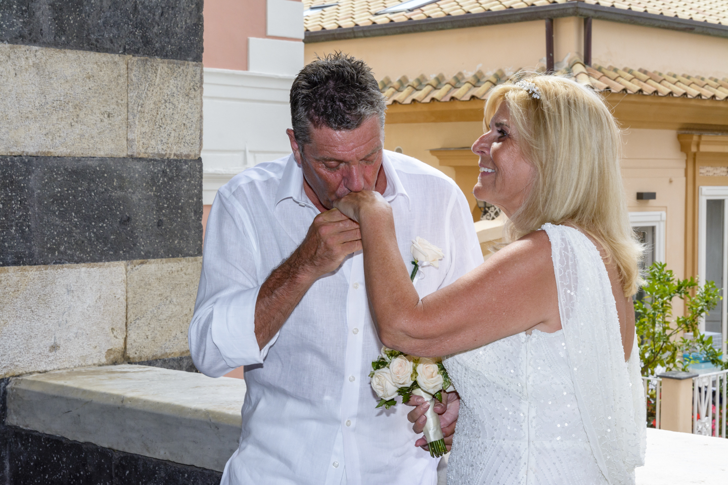 FineArt_Studio_Wedding_In_Amalfi_Paul&Lynne_Street_Duomo_Kiss