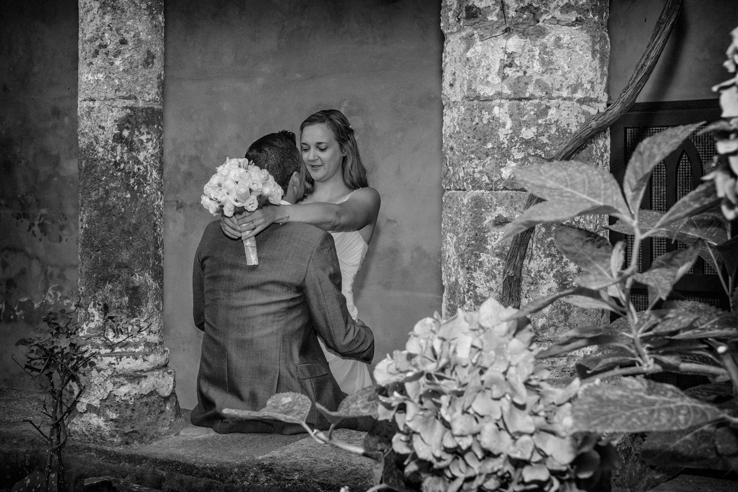 WeddingPhoto_FineArtStudio_Sorrento_Chiostro_San_Francesco_sguardo_BW