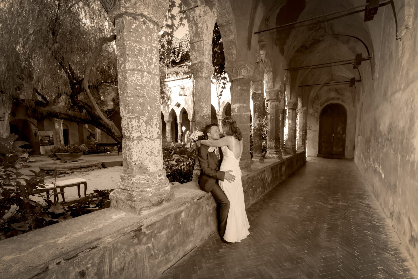 WeddingPhoto_FineArtStudio_Sorrento_Chiostro_San_Francesco_sguardo_Seppia